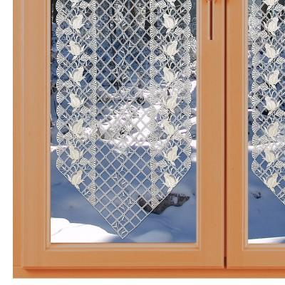 Spitzen-Scheibenhänger Anja mit Rosenmuster vor einem Winterfenster