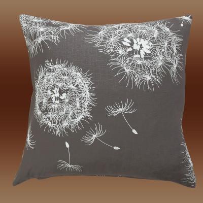 Kissenhülle Pusteblume mit Füllung dargestellt vor braunem Hintergrund